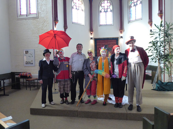 Von links nach rechts: Ingrid Brockmeyer, Clown Anjol, Diakon Dr. Richard Goritzka, Clown Agathe, Libella, Clown Halunka, Clown Confetto (Foto: Ingrid Brockmeyer)